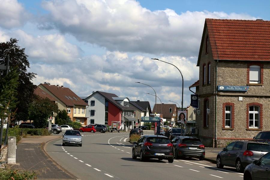 Die Häuser entlang der Hauptstraße in Asemissen gehören zum ISEK-Sanierungsgebiet. Die Eigentümer können Fördergelder bekommen. Foto: Thomas Dohna