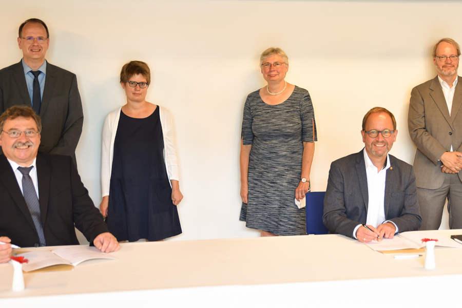 Freuen sich über die Unterzeichnung der Kooperationsvereinbarung (v.l.): Dr. Frank-Michael Bischoff (Präsident des Landesarchivs NRW), Dr. Johannes Burkardt (Leiter des Landesarchivs NRW, Abteilung OWL), Dr. Christiane Rühling (Lippische Landesbibliothek), Prof. Dr. Mechthild Black-Veldtrup (Leiterin der Abteilung Westfalen des Landesarchivs Münster), Jörg Düning-Gast (Landesverbandsvorsteher) sowie Dr. Joachim Eberhardt (Direktor der Lippischen Landesbibliothek). Foto: Landesarchiv NRW