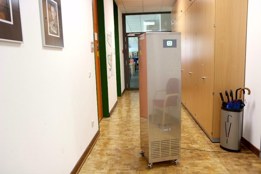 Zehn solcher mobiler Luftfilteranlagen stehen in den Schulen Leopoldshöhes. Sie sind für Räume gedacht, die über Fenster nicht oder nur schlecht gelüftet werden können. Sie sind nicht beliebt, weil sie bei Volllast vergleichsweise laut sind. Foto: Thomas Dohna