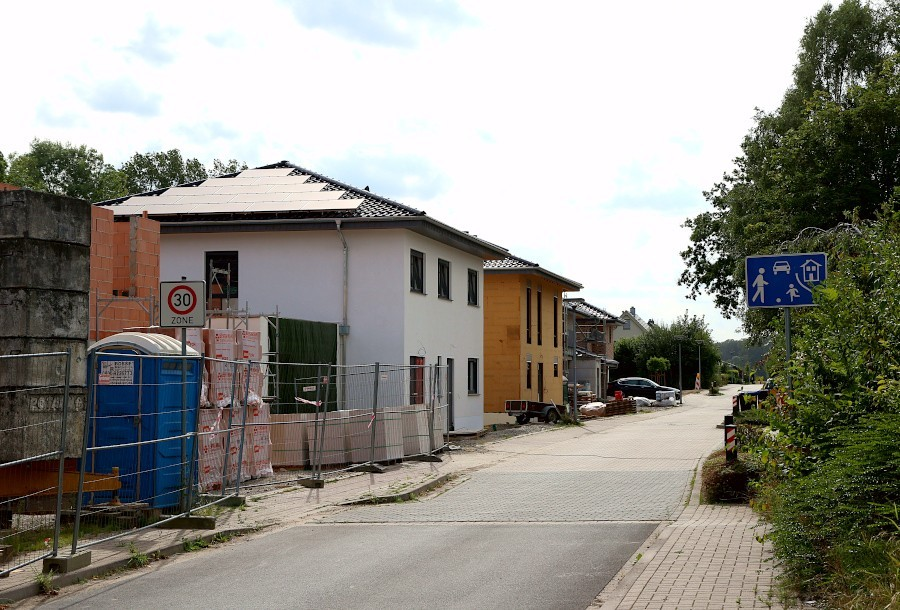 Auf Wunsch der Bauherren soll der Bebauungsplan für diese Häuser geändert werden. Mindestens ein Haus hat die erlaubte Höhe um run 50 Zentimeter überschritten. Die Gemeindeverwaltung schlägt vor, den Bebauungsplan nicht zu ändern. Foto: Thomas Dohna