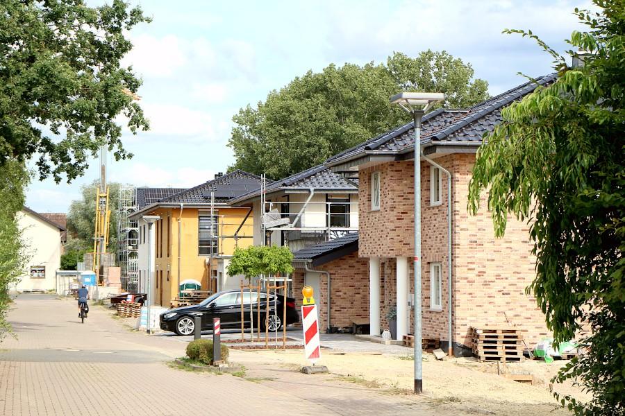 Dort, wo diese Häuser stehen, war vor ein paar Jahren noch ein Bolzplatz. Nun ist mindestens eines der Häuser zu hoch gebaut. Die Gemeinde soll einen Änderung des Bebauungsplans ablehnen. Foto: Thomas Dohna