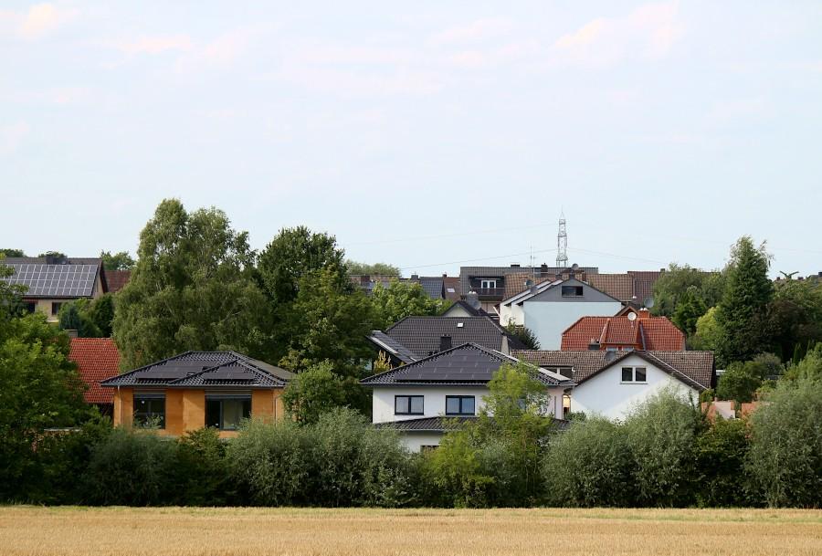 Von der Straße Am Großen Feld aus zeigt sich, dass wenigstens eines der Häuser an der Südseite der Straße am Mühlenbach höher ist, als die Häuser auf der Nordseite, obwohl letztere auf mindestens einem Meter hohem Grund stehen. Foto: Thomas Dohna
