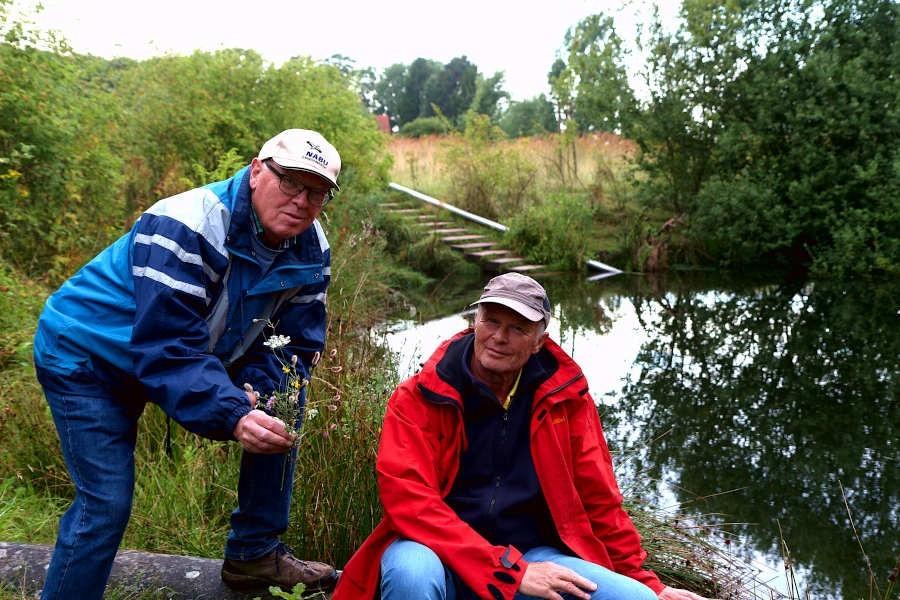 Ewald Thies (links) und Martin Düsterberg vom Nabu Leopoldshöhe beobachten regelmäßig die Entwicklung von Pflanzen und Tieren an den Regenrückhaltenbecken der Gemeinde Leopoldshöhe. Foto: Edeltraud Dombert