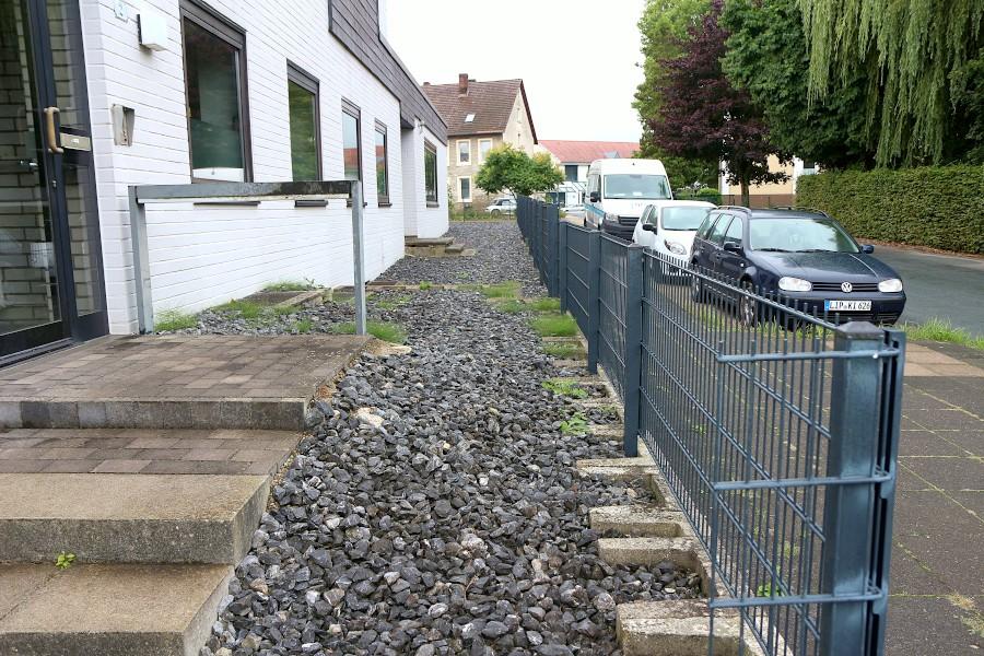 Nach Ansicht des Rechtsanwaltes Martin Klimesch sind solche Schottergärten Schwarzbauten. Die Landesbauordnung verbiete sie. Foto: Thomas Dohna