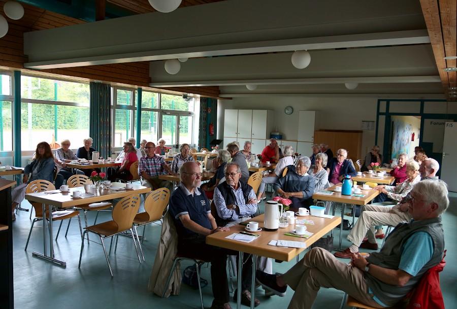 Seit fast 25 Jahren gibt es einmal im Monat das Netzwerk-Frühstück im Forum der Grundschule Asemissen. Der Neuanfang nach den Corons-Beschränkungen ist beschwerlich. Archivfoto: Thomas Dohna