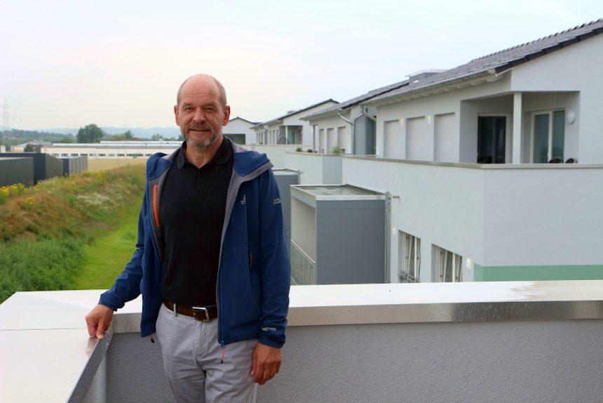 Thorsten Kleinebekel, Vorstandsvorsitzender der Wohnbau Lemgo eG, steht auf dem Balkon einer Wohnung der Häuser am Augustenweg. Foto: Thomas Dohna