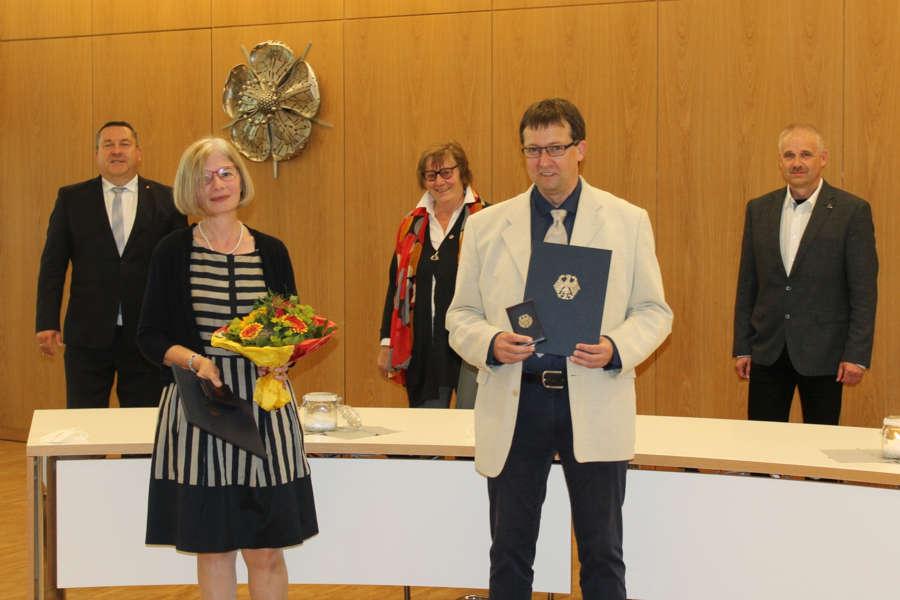Dr. Elke Treude und Frank Huismann (vorn, von links) erhalten für ihr Engagement die Verdienstmedaille des Verdienstordens aus den Händen von Landrat Dr. Axel Lehmann (hinten links). Zu den Gratulanten gehören Christ-Dore Richter (stellvertretende Bürgermeisterin der Stadt Detmold) und Heinz-Dieter Krüger (Bürgermeister Stadt Horn-Bad Meinberg) (hinten, von links). Foto: Kreis Lippe