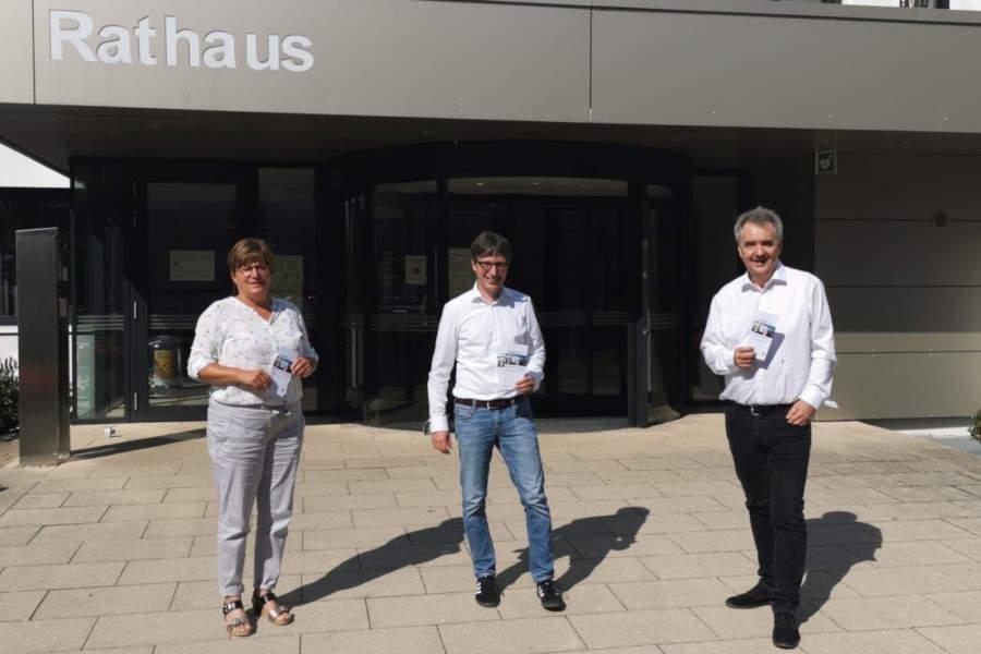 Frau Petra Elsner, Unternehmenskompass Lippe, Herr Prof.Dr.-Ing. Hoffmann - Bürgermeister der Gemeinde Leopoldshöhe und Herr Uwe Gotzeina - Leiter der Kreiswirtschaftsförderung