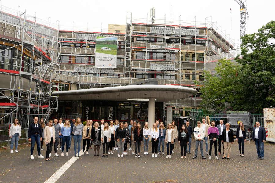Jetzt können die Einführungstage starten – gemeinsames Gruppenfoto vor dem Kreishaus in Detmold. Foto: Kreis Lippe.