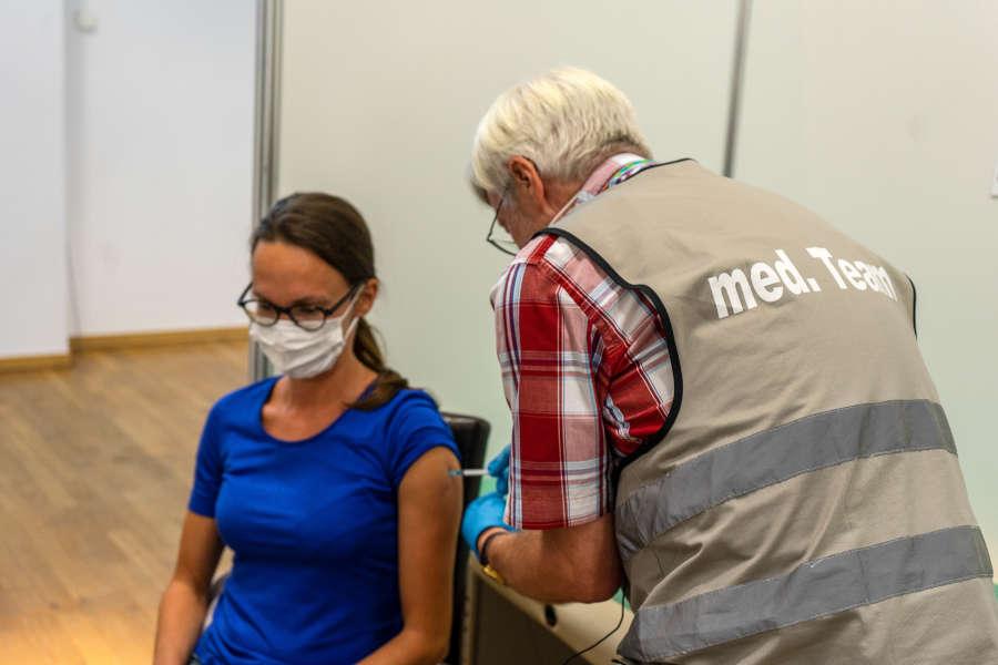 Jitka Brichnacova bekommt von Bernd Bartels Trautmann die letzte Impfung im Impfzentrum Kreis Lippe. Foto: Kreis Lippe.