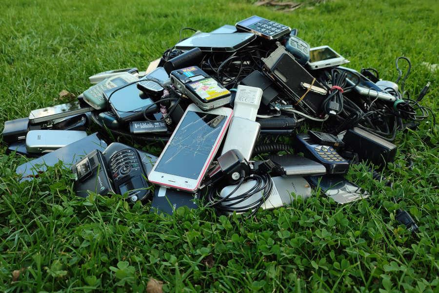 Alte Handys gehören nicht auf den Müll. Sie können wieder verwertet werden. Foto: NABU/ Ewald Thies
