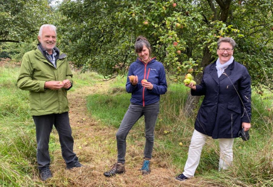 Obstbaumwartin Vanessa Kowarsch (Mitte) zeigt Jürgen Georgi und Dr. A. Heinrike Heil die Besonderheiten der alten Sorten auf der Streuobstwiese.