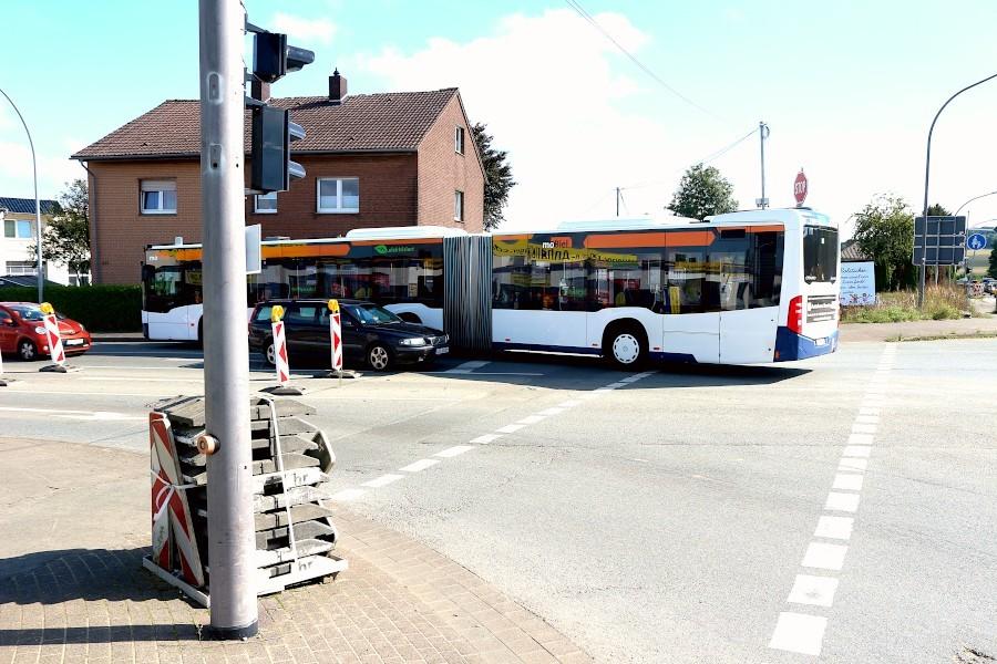 Der Gelenkbus kommt nur mit Mühe von der B66 auf die Hauptstraße. Der schwarze Volvo ist schon ein Stück ausgewichen, wird noch weiter ausweichen und in die Kreuzung fahren. Die CDU im Gemeinderat schlägt deswegen vor, die Linksabbiegerspur zurück zu verlegen. Foto: Thomas Dohna