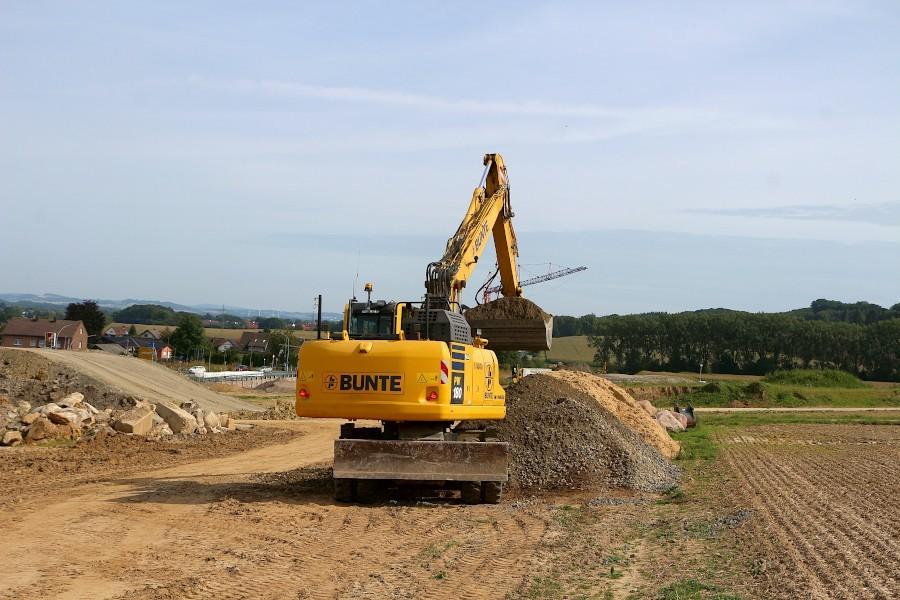 Ein Bagger der Firma Bunte schaufelt auf der Baustelle der B66n Kies. In der vergangenen Woche hatten Unbekannte Sand in die Tanks von Baumaschinen gekippt. Foto: Thomas Dohna