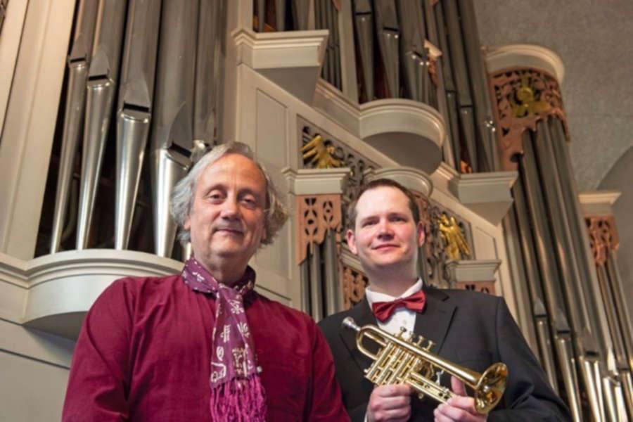 Hans-André Stamm an der Orgel(links) und Martin Schröder mit der Trrompete sind das Duo Concerto Maestoso. Foto: Kirchengemeinde Bergkirchen