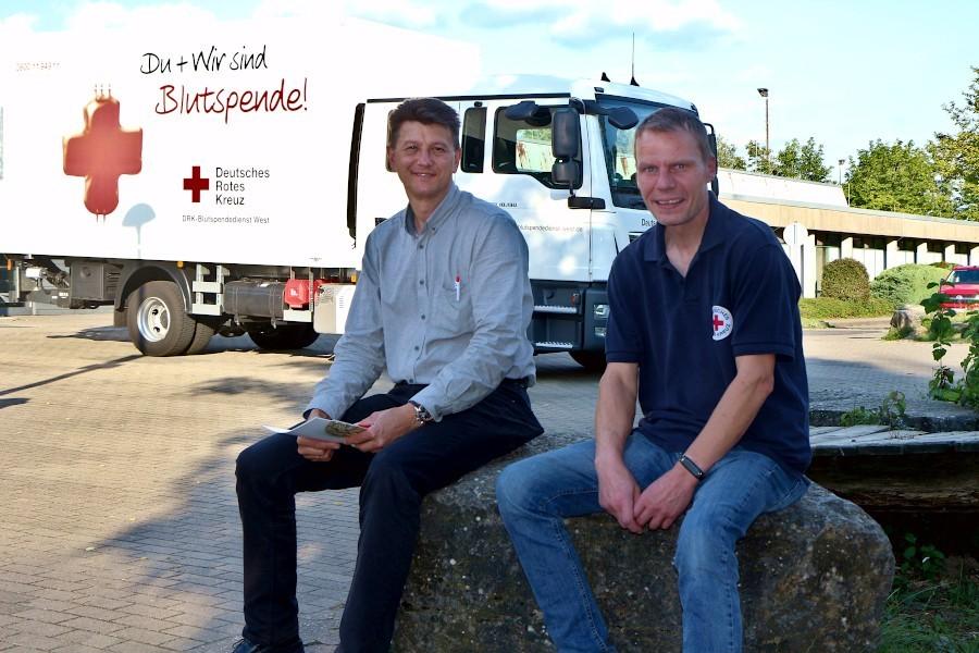 Christian Gäber (links) spendete zum 25. Mal Blut. Oliver Bürger von DRK Leopoldshöhe gratulierte und überreichte einen Gutschein. Foto: Thomas Dohna