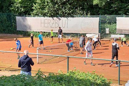 Beim Aufsammeln der Bälle helfen alle mit. Foto: Tennisclub Leopoldshöhe