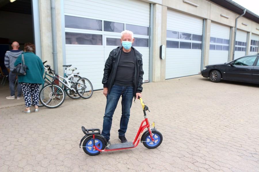 Peter Jüttner hat bei der Fundsachenversteigerung einen Roller für seinen Enkel erworben. Foto: Edeltraud Dombert