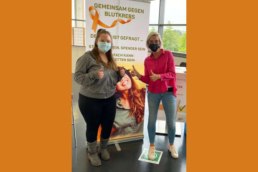 Michaela Lödige (re.) aus dem Team der Blutkrebshilfe OWL freut sich zusammen mit der 23-jährigen Tabea Keune (li.) aus Detmold, die sich als 5000. potentielle Stammzellspenderin im Impfzentrum des Kreises Lippe registrieren ließ.
