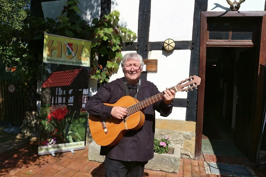Jörg Czyborra sang und rezitierte während einer Matinee auf dem Heimathof. Foto: Thomas Dohna