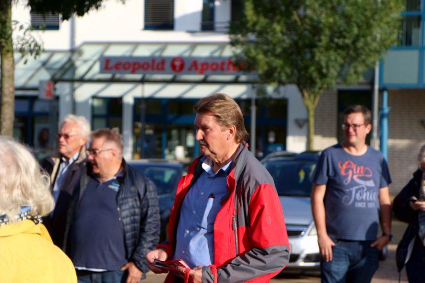 Der SPD Bundestagskandidat Jürgen Berghahn war beim Roten Grill der Leopoldshöher SPD zu Gast. Auf dem Marktplatz hörte er den Gekommenen zu und skizzierte sein Programm. Foto: Thomas Dohna