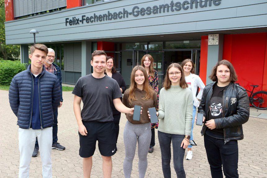 Simon Ingham, Sean Sloane, Rahel Bojahr, Finja Kaminsky und Max (von links) haben sich zu Net-Piloten ausbilden lassen, Sie weisen ihren Mitschülerinnen und Mitschülern Wege, dass das Smartphone-Display auch mal dunkeln bleiben kann. Schulsozialarbeiter Johannes Schumacher, Diplom-Pädagogin Saskia van Oosterum, Sozialarbeiterin Olivia Thielmann und Jessica Axt vom Blaukreuz-Zentrum begleiteten sie und leiteten sie an. Foto: Thomas Dohna