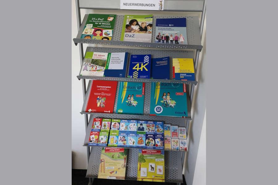 Der Bestand der Ausleihbibliothek 'Medien im Kommunalen Integrationszentrum (MiKI)' wird jeden Monat durch Neuanschaffungen erweitert. Foto: Kreis Lippe.
