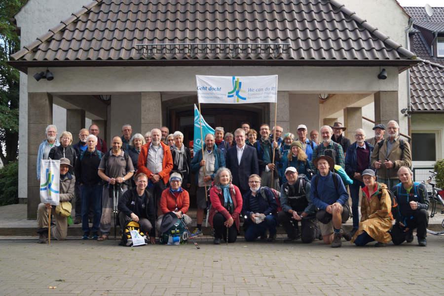 Wurden von Landessuperintendent Dietmar Arends (Mitte) in Hiddesen begrüßt: die Pilgerinnen und Pilger auf dem 5. Ökumenischen Pilgerweg für Klimagerechtigkeit