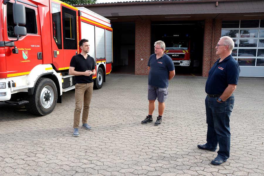 Robin Wagener (links), Bundestagskandidat der Grünen, lässt sich von Detlev Schewe (Mitte, stellvertretender Leiter der Freiwilligen Feuerwehr Leopoldshöhe ) und Harald Schubert (Leiter der Feuerwehr) über den Einsatz im rheinischen Katastrophengebiet berichten. Foto: Thomas Dohna