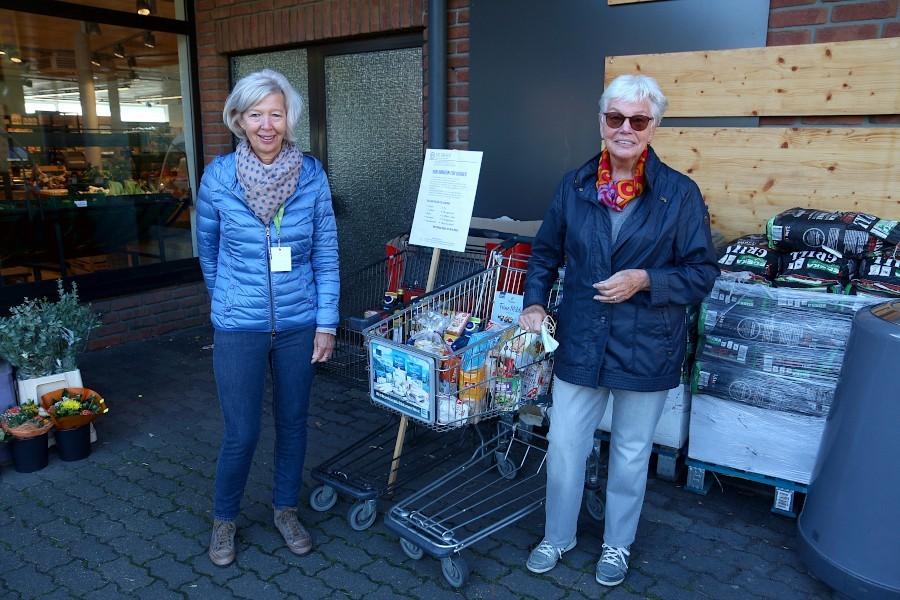 Angelika Upmeier und Helga Leweke sammeln vor dem Eingang von Edeka Boers für die Tafel. Foto: Thomas Dohna
