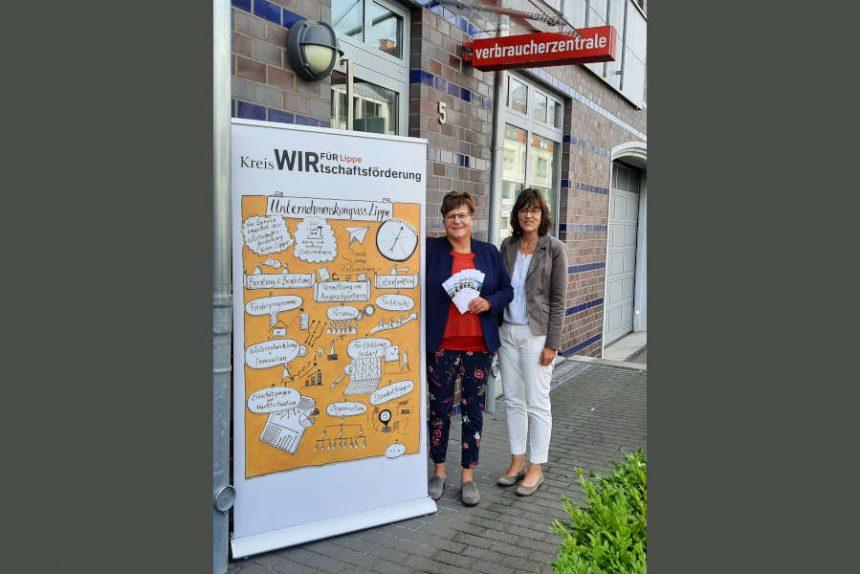 Unternehmenskompass Lippe gemeinsam mit der Verbraucherzentrale: (von links) Petra Elsner (Projektmanagerin der Kreiswirtschaftsförderung Kreis Lippe) und Brigitte Dörhöfer (Leiterin der Beratungsstelle Verbraucherzentrale Detmold).