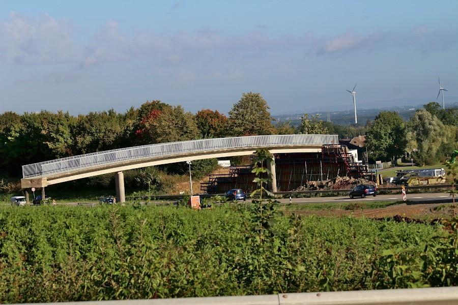 """Am hinteren Ende der Brücke """"Am Bollholz"""" ist die neue Stützwand noch eingeschalt. Die Schalung wird in den kommenden Tagen auf die Südseite gebracht, um die Stützwand dort gießen zu können. Foto: Thomas Dohna"""