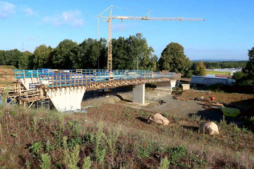 Die Brücke für den Wirtschaftsweg am Roller-Markt ist fast fertig. An der Durchfahrt kann man erkennen, wie breit die neue Trasse der B66 werden wird. Foto: Thomas Dohna