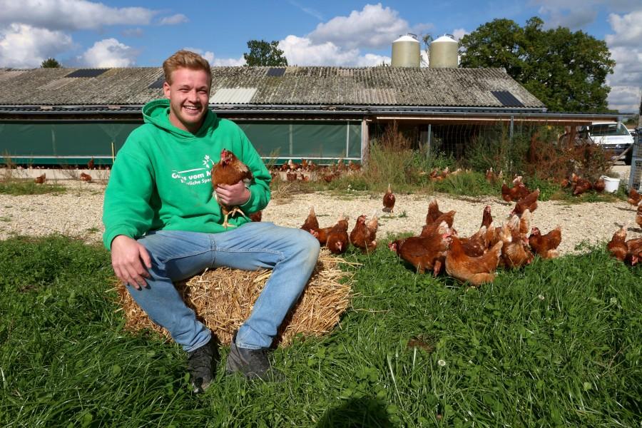 Jan Meier zu Evenhausen hat anstrengende Wochen hinter sich. Er und sein Bruder Sven haben mit Hilfe vieler Handwerker den alten Stall auf dem Meierhof modernisiert und das Freigelände für die Hühner erweitert. Foto: Thomas Dohna