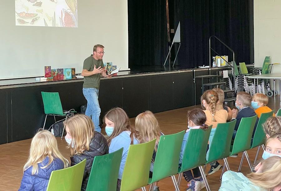 Der Kinderbuchautor Simak Büchel las vor Kinder der Grundschule Nord in der Aula des Schulzentrums aus einem seiner Bücher. Foto: Lisa Windolph