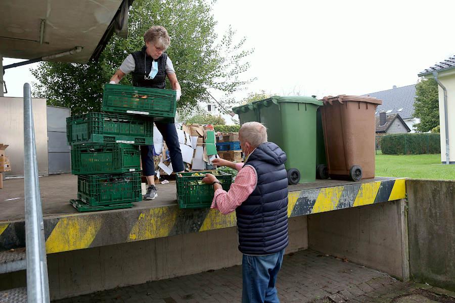 Claudia Pfitzner reicht Norbert Domer Lebensmittelkisten herunter. Der packt sie in den Tafelbulli. Foto: Edeltraud Dombert